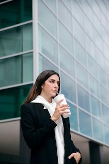 Средний выстрел женщина, держащая чашку