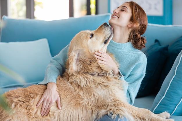 Средний выстрел женщина, держащая собаку