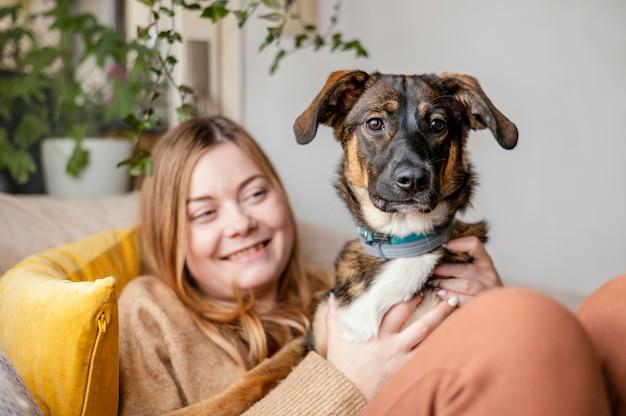 Cane della holding della donna del colpo medio