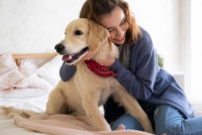 犬を抱くミディアムショットの女性