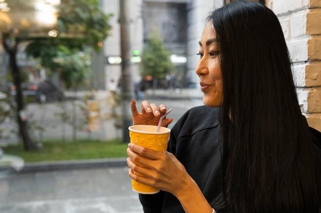 Bevanda della holding della donna del colpo medio