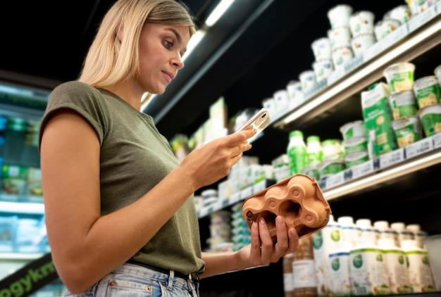 卵パックを持っているミディアムショットの女性