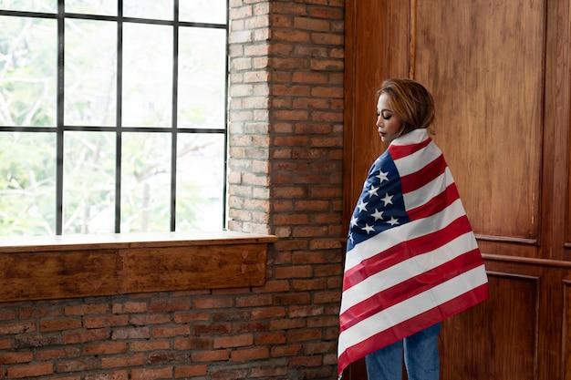Средний выстрел женщина, держащая флаг