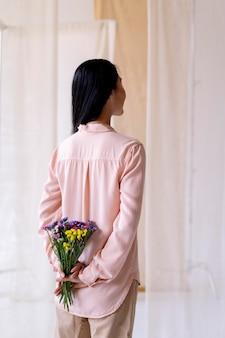Mazzo di fiori della holding della donna del tiro medio