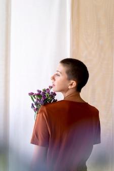 꽃 꽃다발을 들고 중간 샷 여성