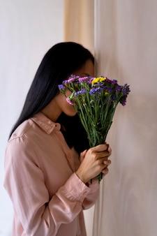 꽃을 들고 미디엄 샷 여성