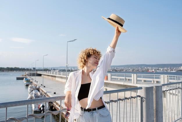 帽子をかぶったミディアムショットの女性