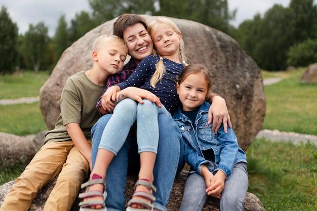 子供を抱くミディアムショットの女性