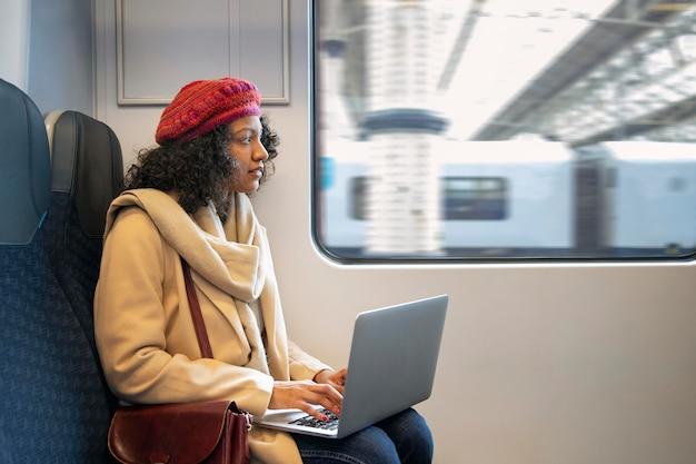Средний выстрел женщина, держащая ноутбук