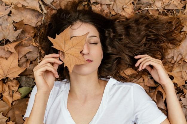 잎을 들고 중간 샷된 여자