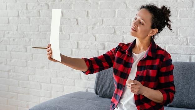 Средний выстрел женщина, держащая бумагу
