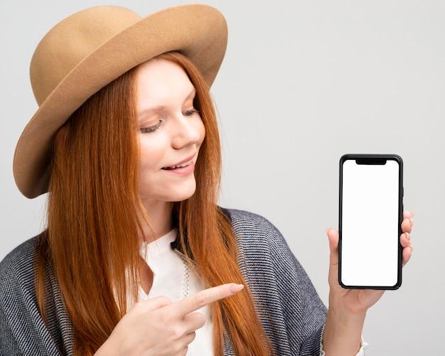 携帯電話を保持しているミディアムショットの女性