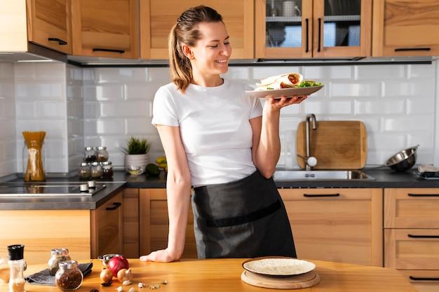 Средний выстрел женщина, держащая тарелку