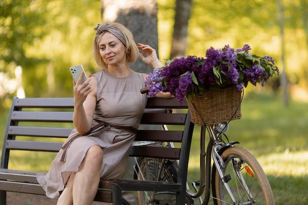 Donna con colpo medio che tiene smartphone