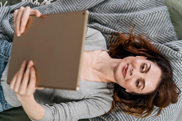 Средний выстрел женщина, держащая планшет