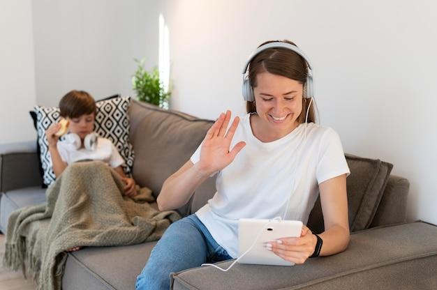 태블릿을 들고 중간 샷 여성