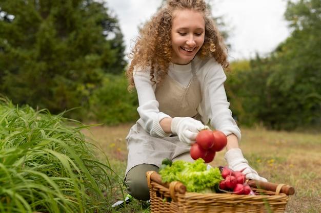 Pomodori della holding della donna del colpo medio