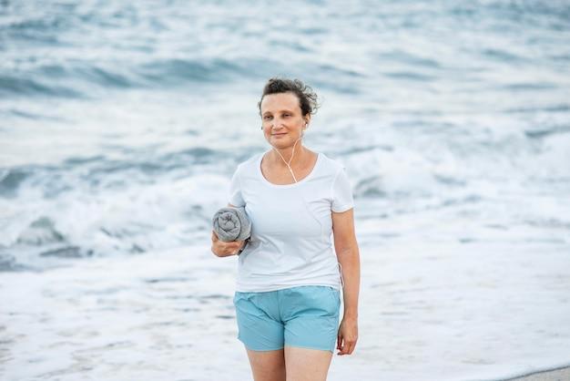 Средний снимок женщины, держащей полотенце