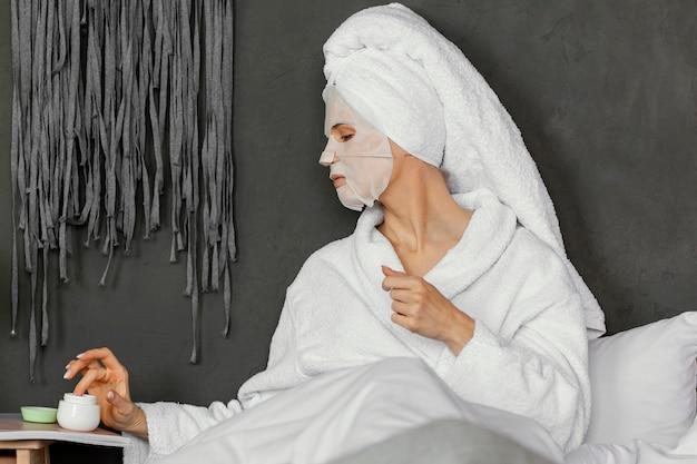 ベッドでミディアムショットの女性