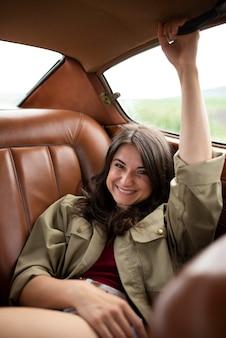 자동차에서 중간 샷 여자