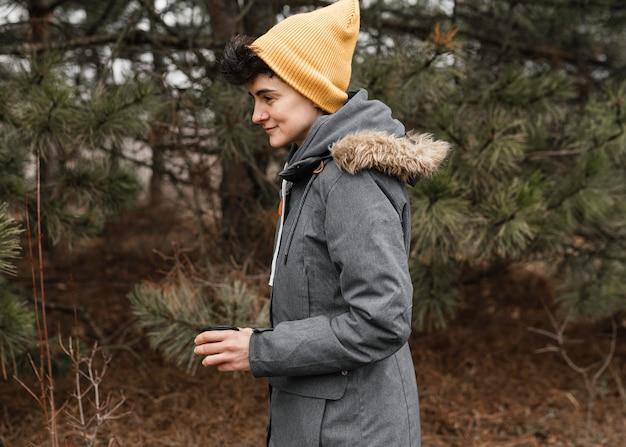 森の中のミディアムショットの女性
