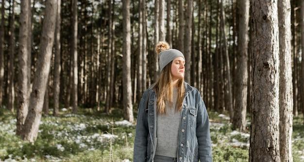 Женщина среднего выстрела в лесу
