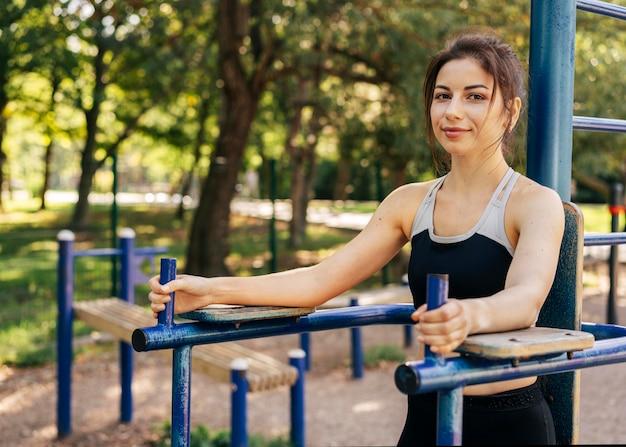 Женщина среднего выстрела в парке