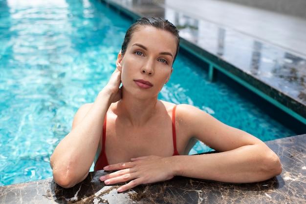 수영장에서 중간 샷 여자