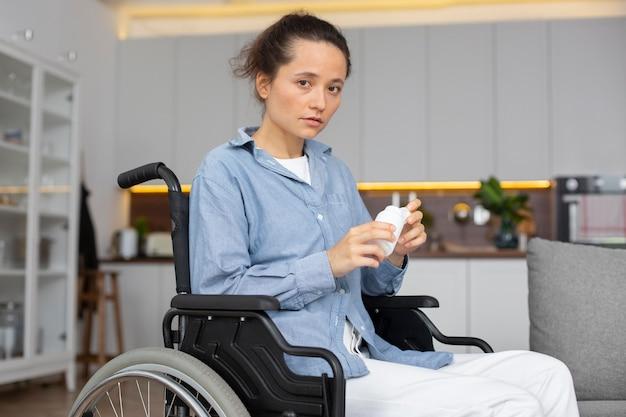 Женщина среднего роста в инвалидной коляске