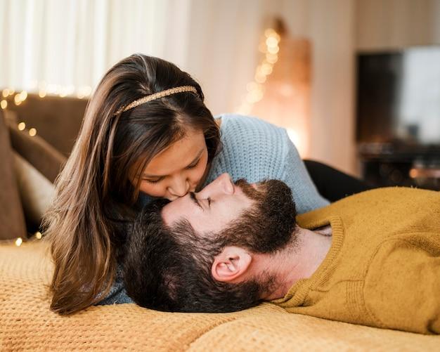 ミディアムショットの女性が恋人にキス