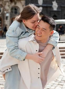 Donna del colpo medio che bacia uomo sulla guancia