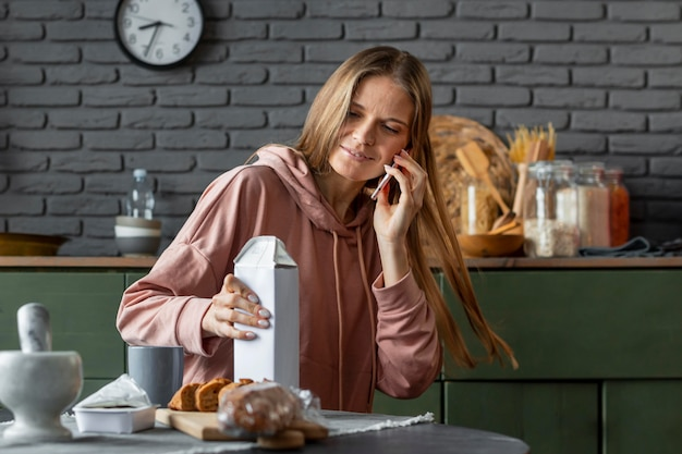 Medium shot woman in kitchen