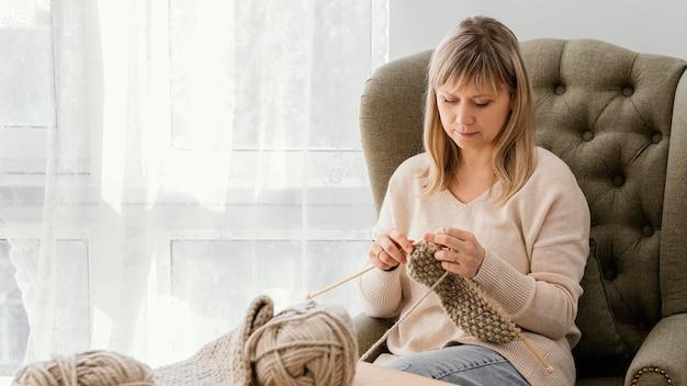 뜨개질을하는 중간 샷 여자