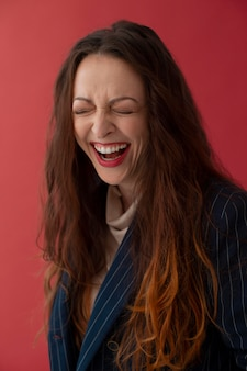 ミディアムショットの女性が笑っている