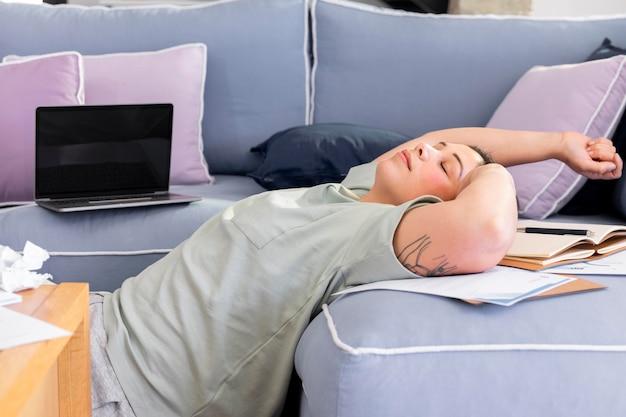 ソファに横になっているミディアムショットの女性 Premium写真