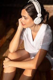 Donna del colpo medio che ascolta la musica