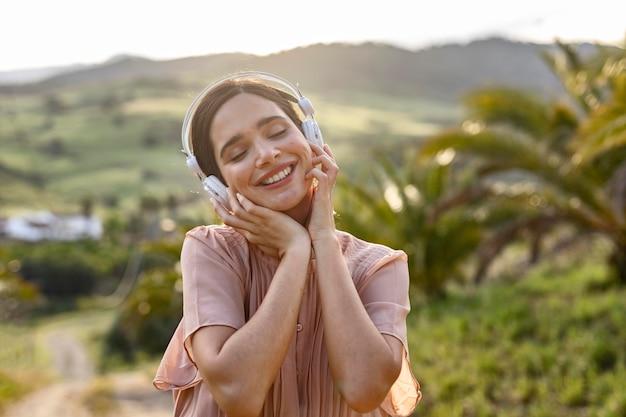 音楽を聴いているミディアムショットの女性
