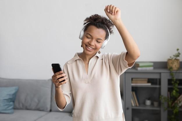 音楽を聴くミディアムショットの女性