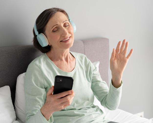 Женщина среднего выстрела, слушающая музыку