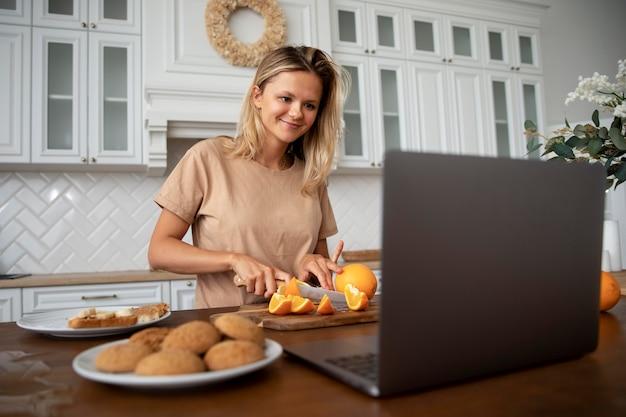 ノートパソコンを見ているミディアムショットの女性