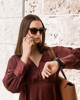 Женщина среднего выстрела, смотрящая на часы