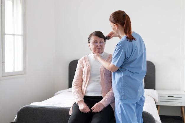 Donna e infermiera del colpo medio