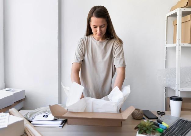 Imballaggio della donna del colpo medio