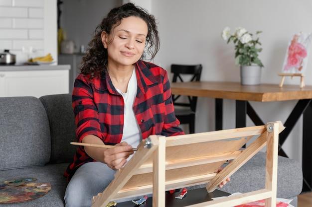趣味で絵を描くミディアムショットの女性