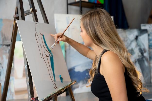 Женщина среднего кадра, картина на холсте