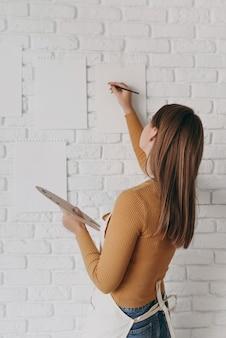 중간 샷 여자 그림 벽에