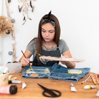 ミディアムショットの女性の絵画のショートパンツ Premium写真