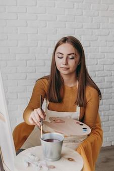 중간 샷 여자 그림