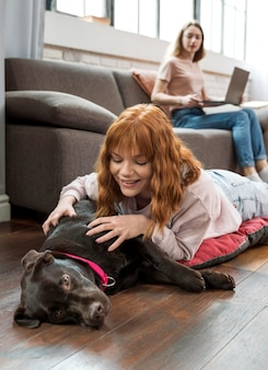 ミディアムショットの女性の愛犬