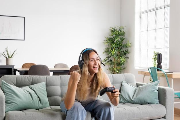 ゲームをしているミディアムショットの女性